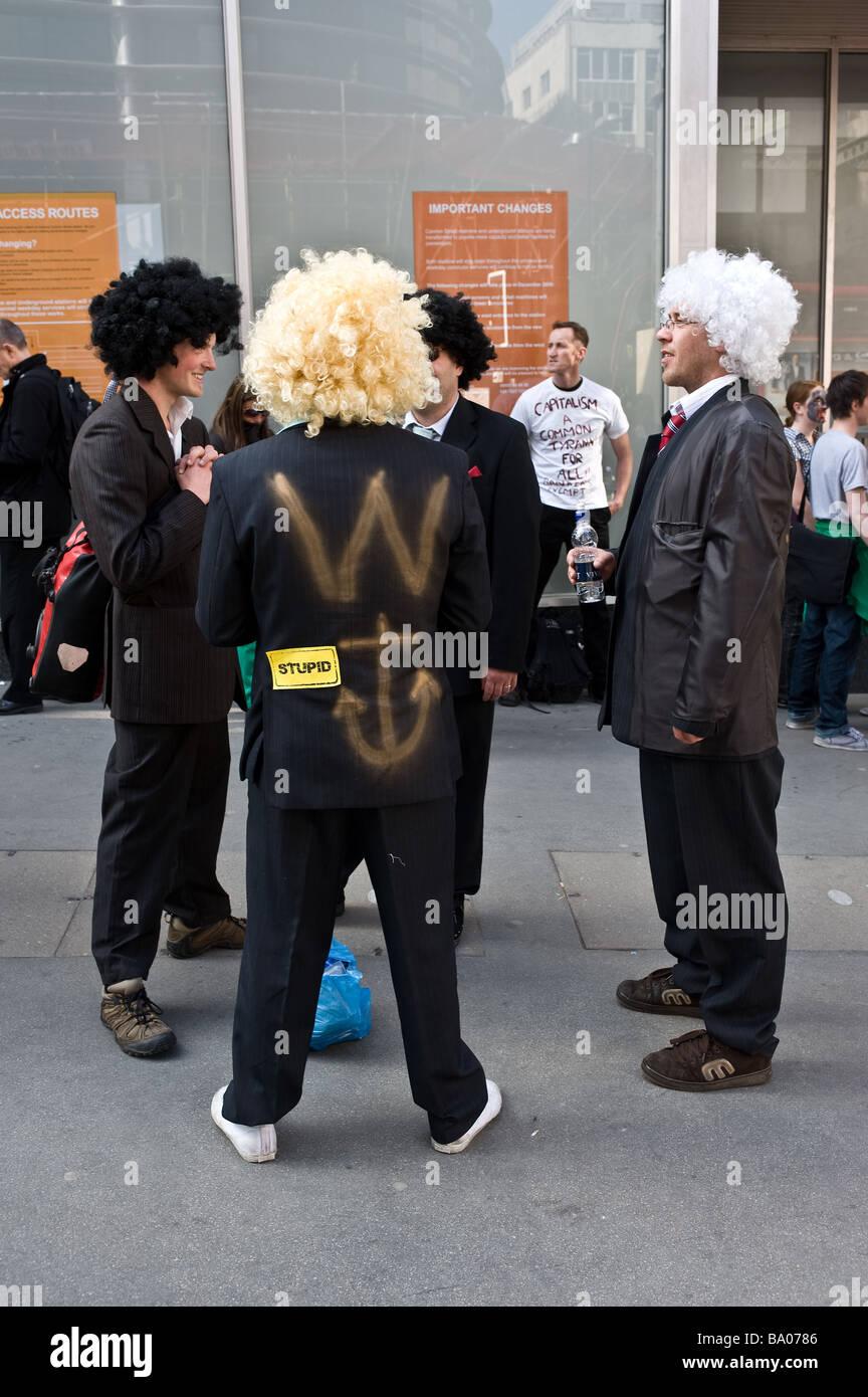Les manifestants portant des perruques en attendant le début de la démonstration du G20 dans la ville Photo Stock