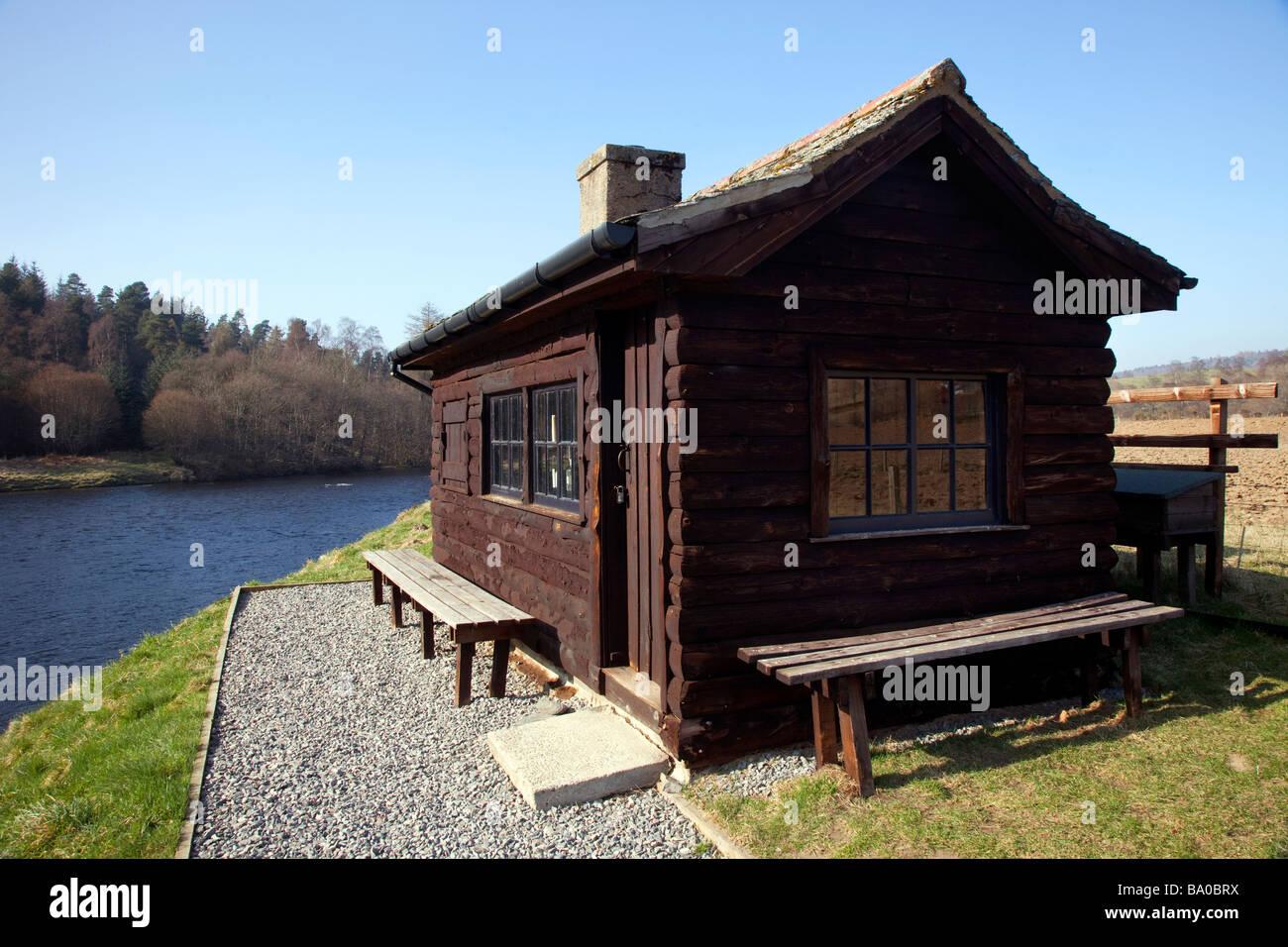 Salmon- fisher's bothy en bois abri refuge, cabane, chambre, riverside paysage sur les rives de la rivière Photo Stock