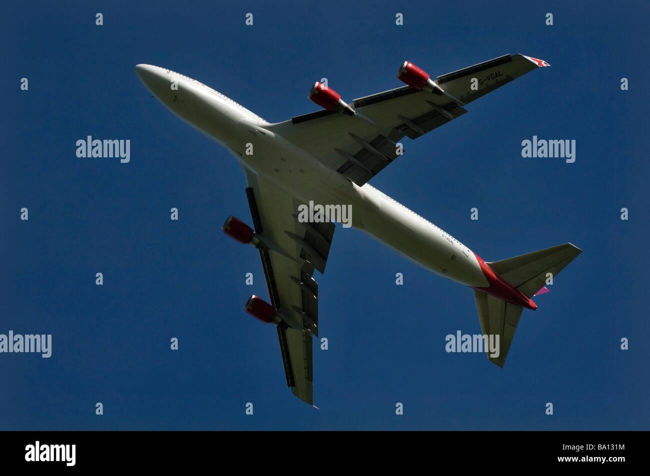 Un Boeing 747 de Virgin Atlantic Jumbo jet décolle de l'aéroport de Gatwick Banque D'Images