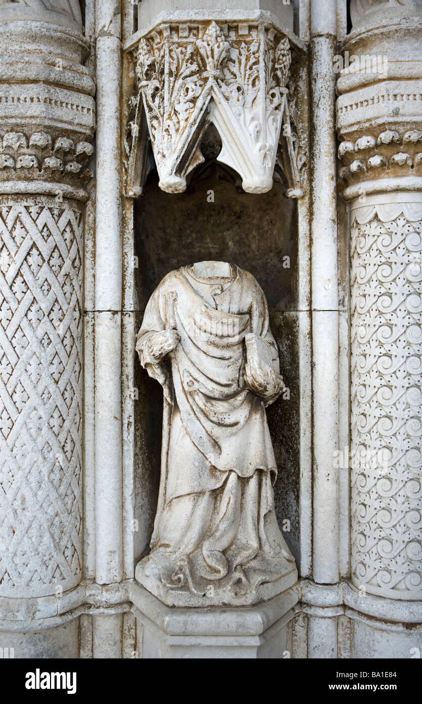 Statue sans tête à l'extérieur de la cathédrale Saint-Jacques de Sibenik Dalmatie Croatie Photo Stock