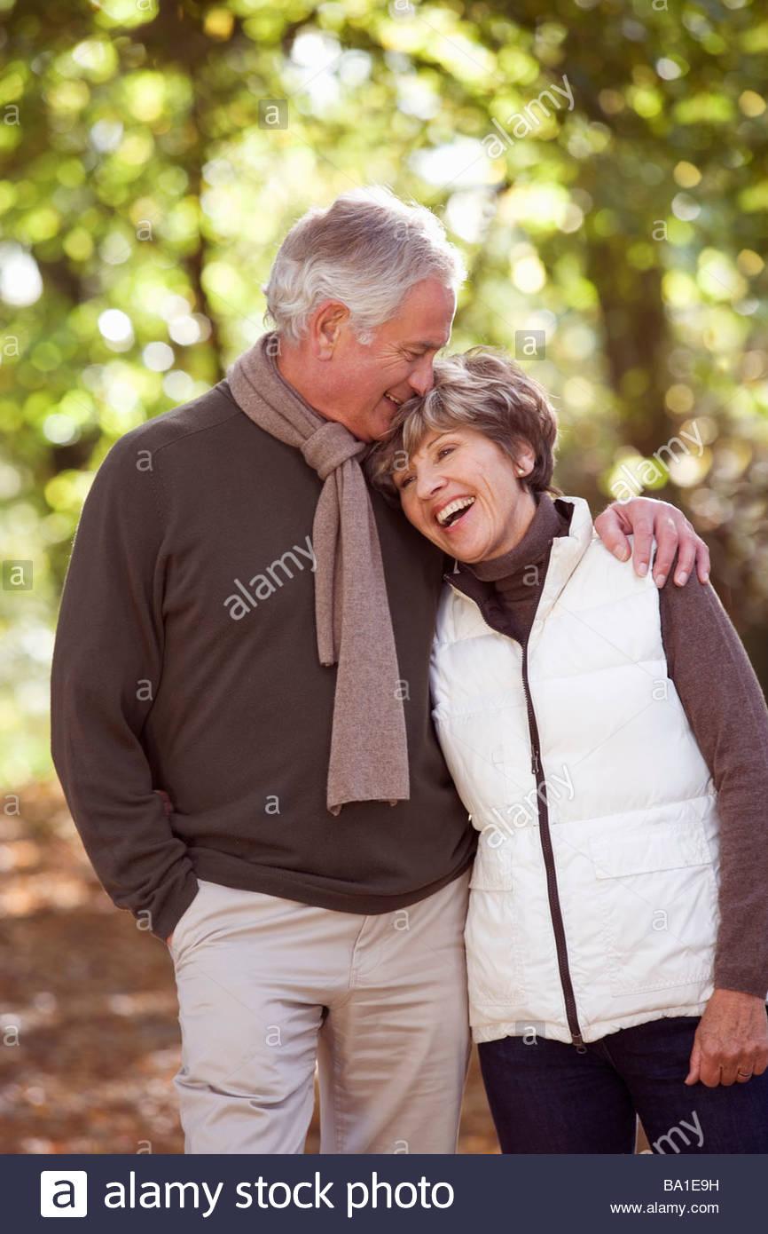 Un couple et amour embrassant dans le temps d'automne Photo Stock