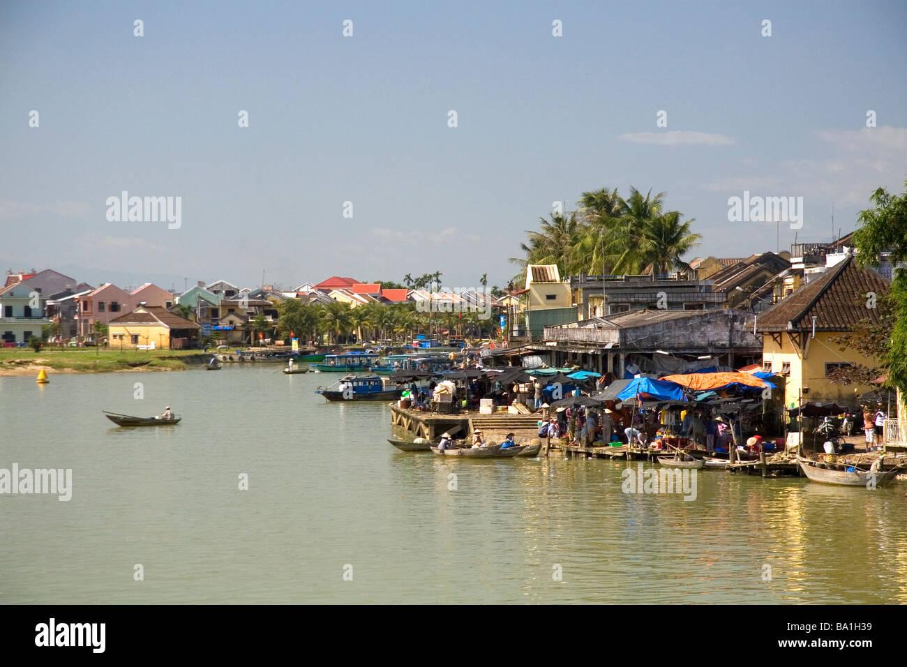 Bateaux sur la rivière Thu Bon à Hoi An Vietnam Photo Stock