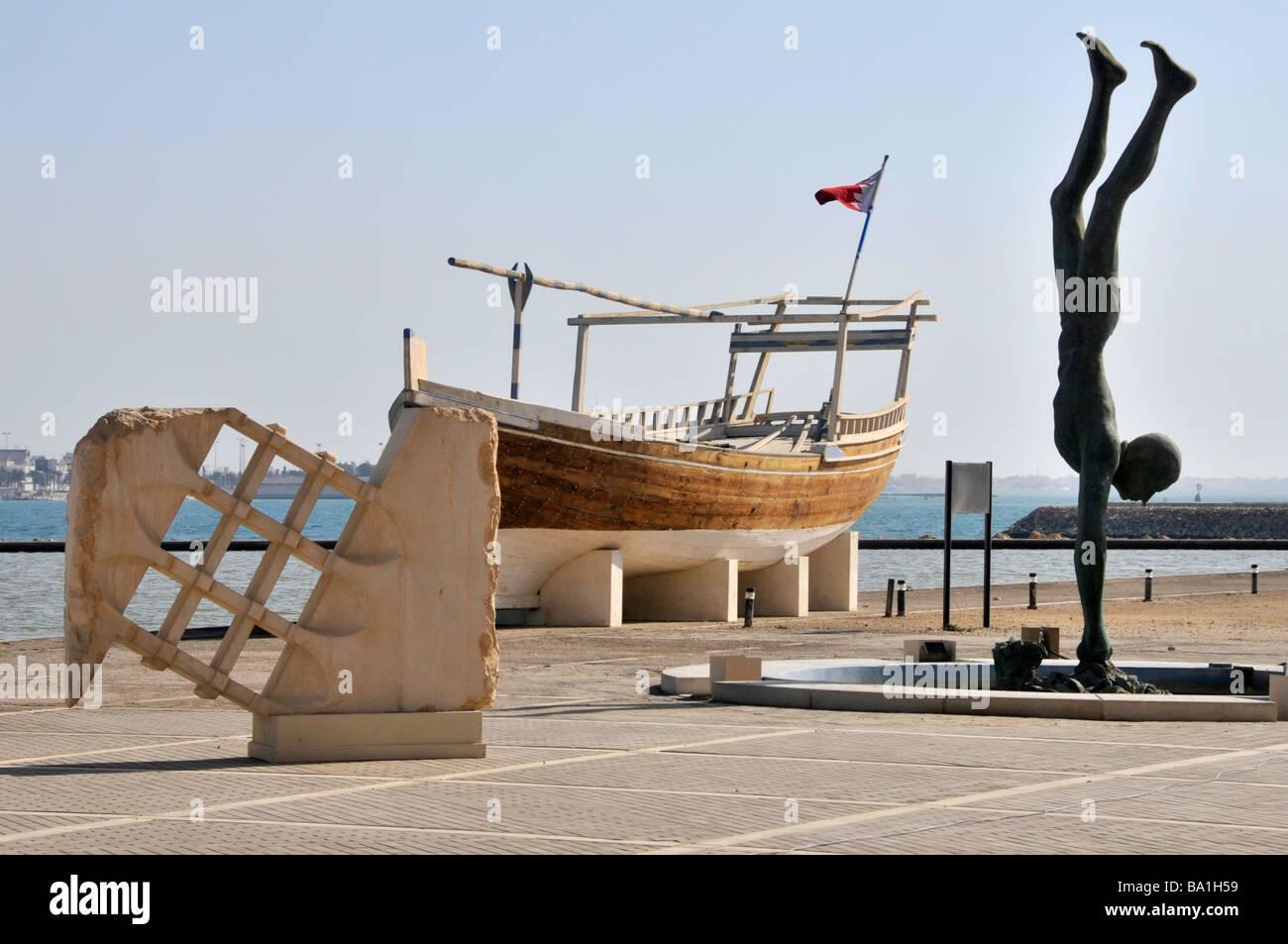 Bahrain National Museum expositions extérieures y compris un dhow et sculptures Photo Stock