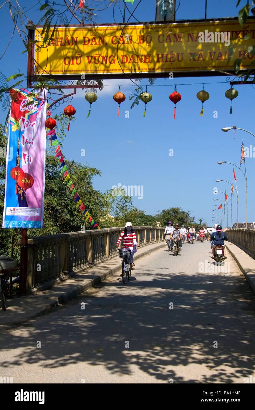 Pont traversant la rivière Thu Bon à Hoi An Vietnam Photo Stock