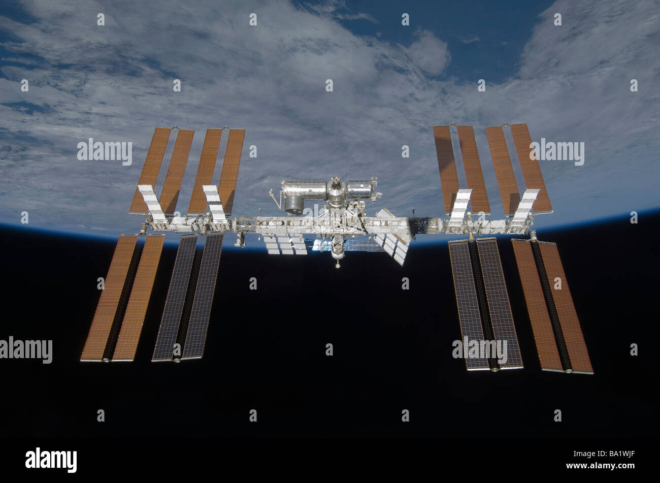 25 mars 2009 - La Station spatiale internationale, backdropped par la noirceur de l'espace et l'horizon Photo Stock