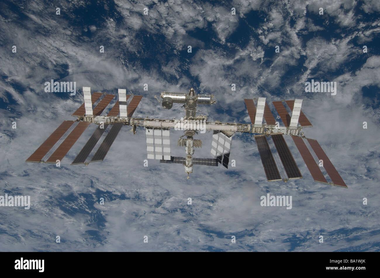 25 mars 2009 - La Station spatiale internationale, par un backdropped terre bleu et blanc. Photo Stock
