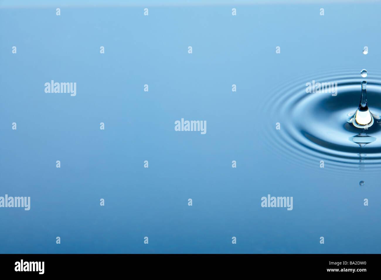 Des cercles concentriques formant en eau calme Photo Stock