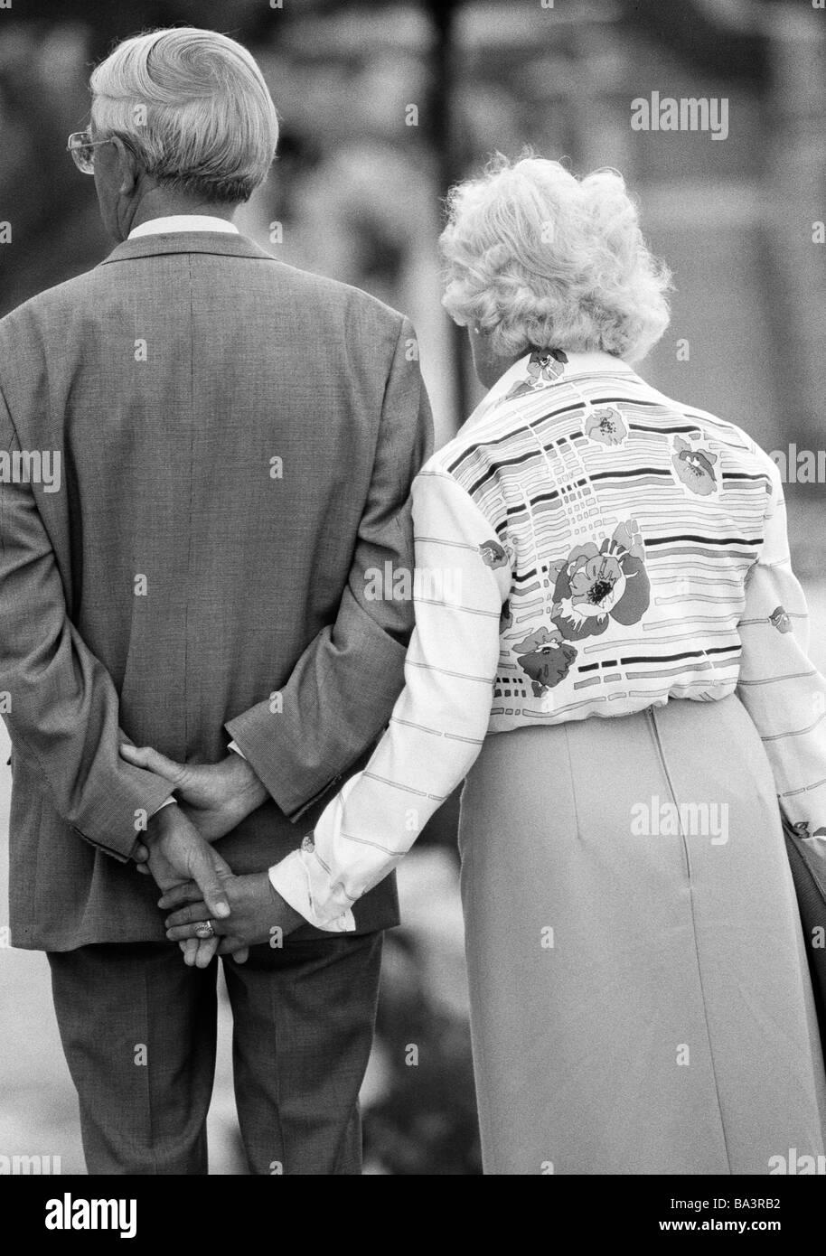 ann es 1980 photo en noir et blanc les gens les personnes g es vieux couple marche main. Black Bedroom Furniture Sets. Home Design Ideas