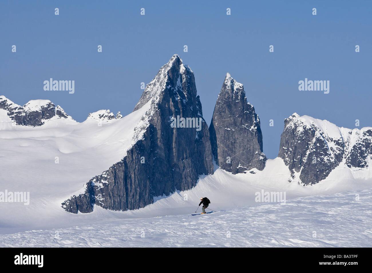 La skieuse alpine ski sur le champ de glace Juneau et Rhino pic dans l'arrière-plan dans le sud de l'Alaska. Photo Stock