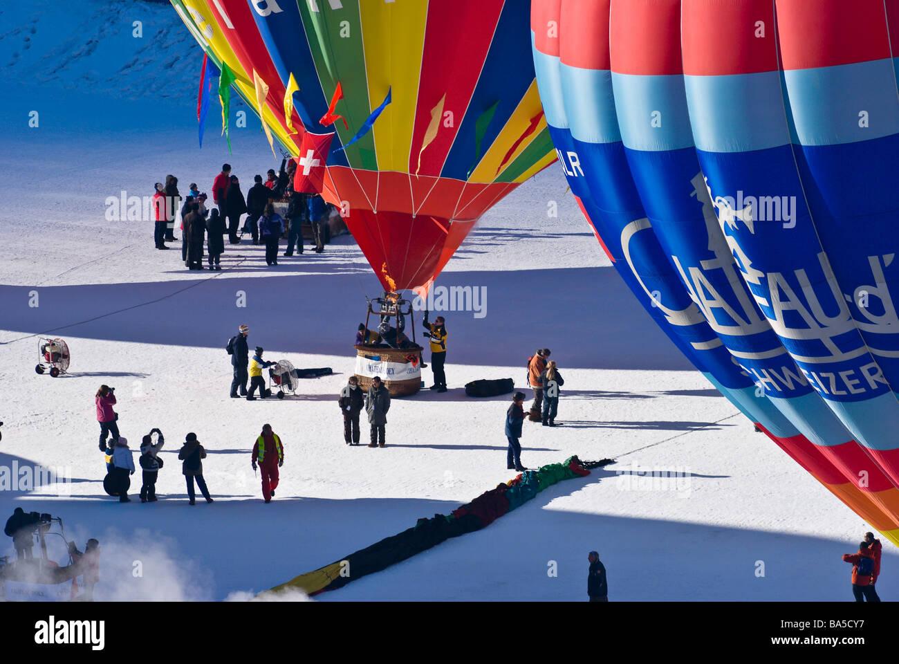 Gonflage des ballons à air chaud dans la zone de préparation à l'Cheateu d oex montgolfières Banque D'Images
