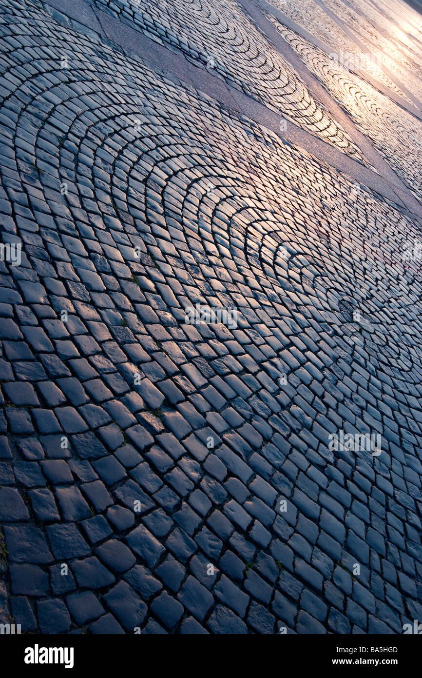 La place du palais circulaire patterin la chaussée à Saint-Pétersbourg, Russie le coucher du soleil. Banque D'Images