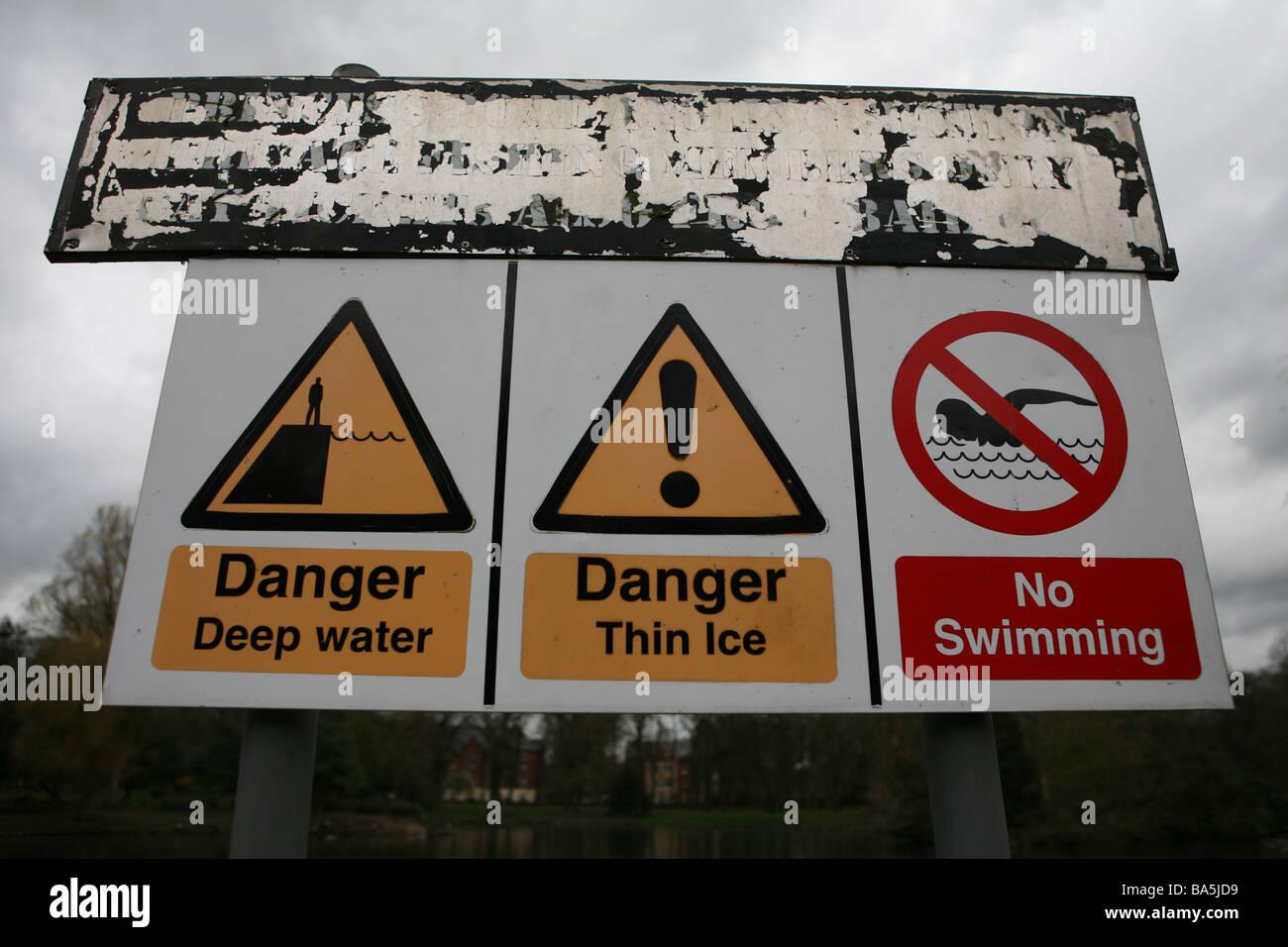 Danger Danger d'eau profonde de la glace mince et pas de piscine inscrivez-vous dans un parc à Manchester Photo Stock