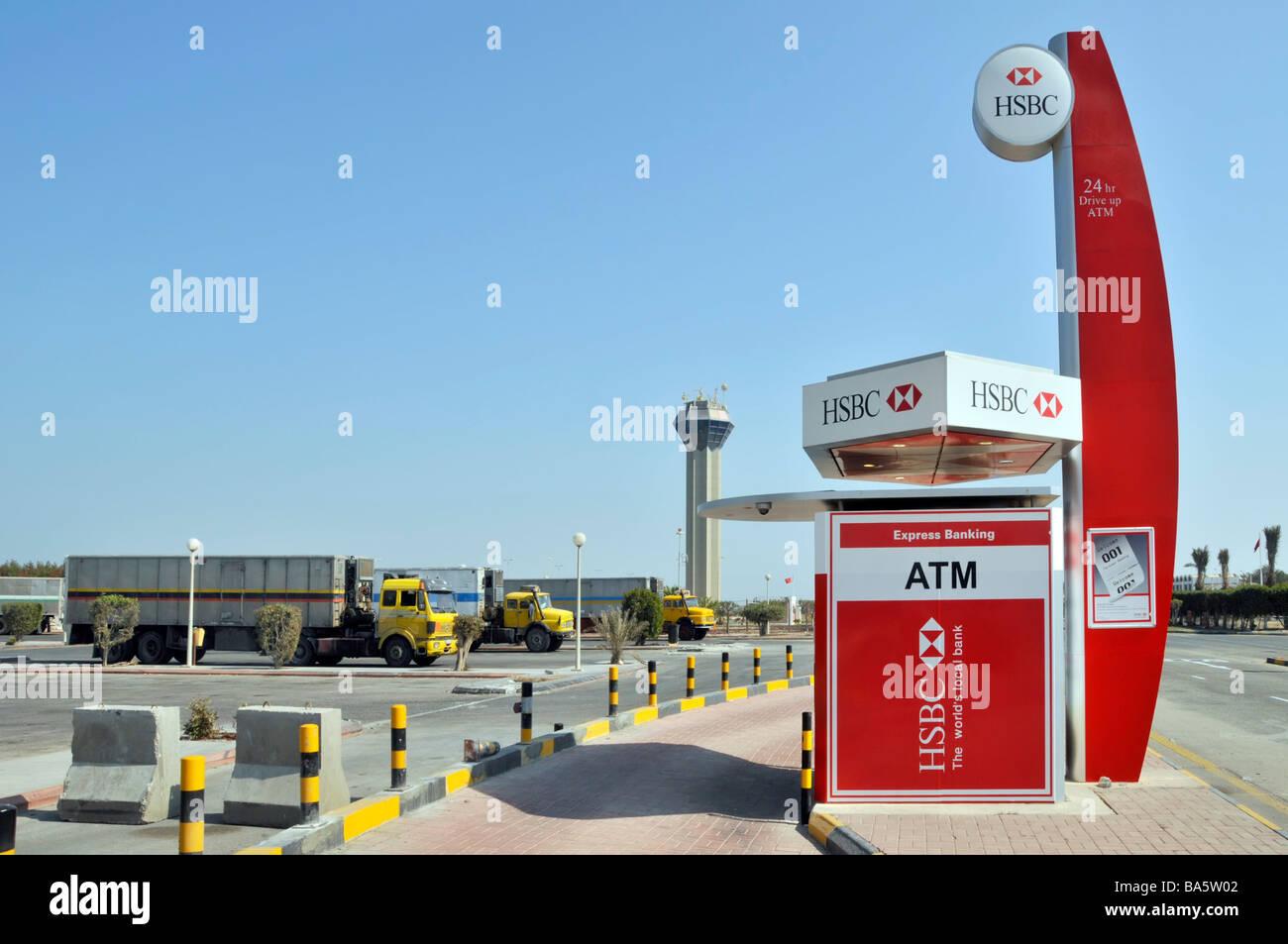Par HSBC 'drive' ATM services facility pour les automobilistes env milieu sur King Fahd Causeway reliant Photo Stock