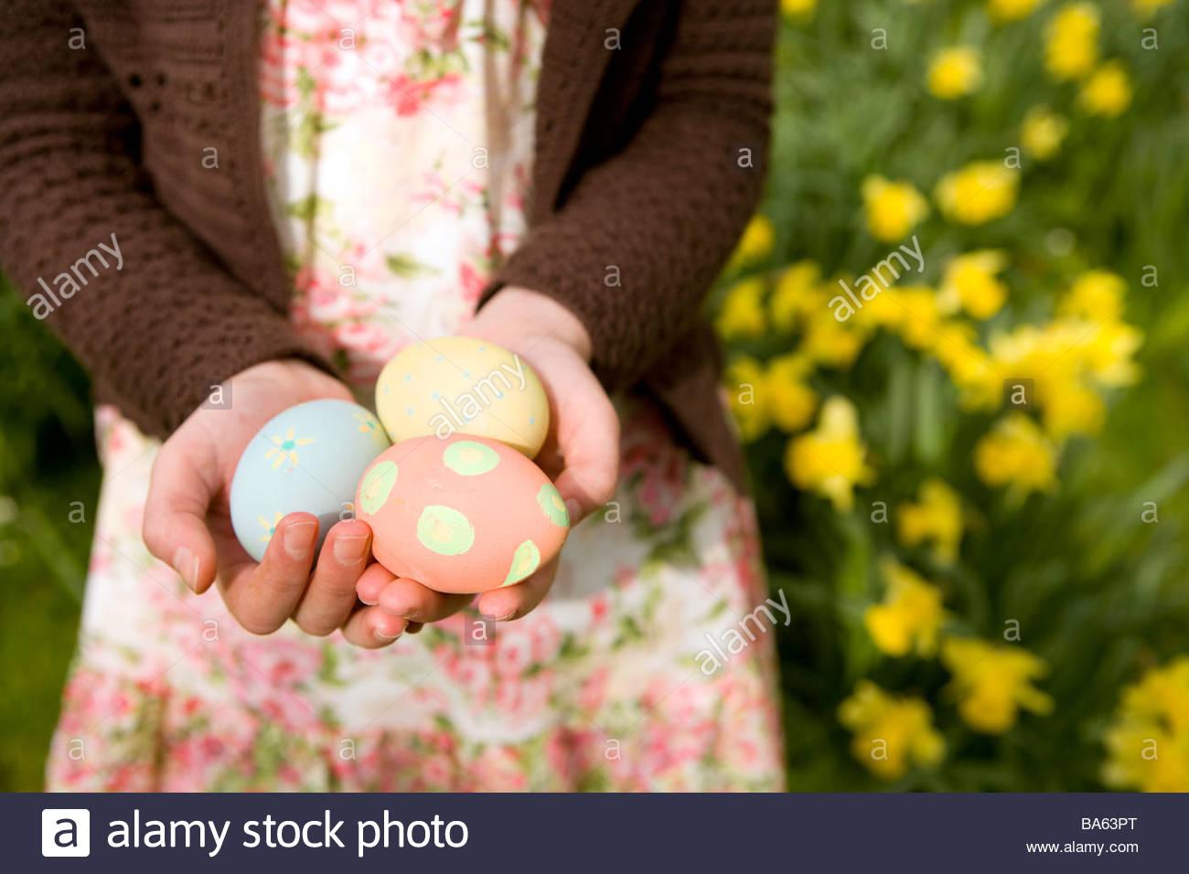 Young Girl holding oeufs de Pâques décorés Photo Stock