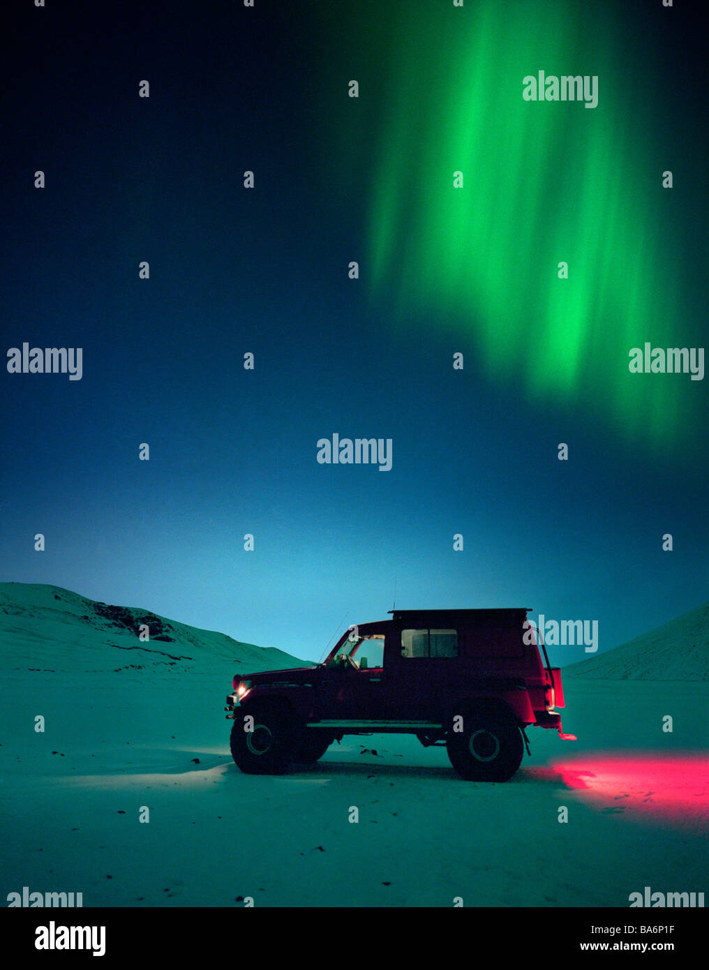Jeep avec Aurore boréale ou Northern Lights, de l'Islande Photo Stock
