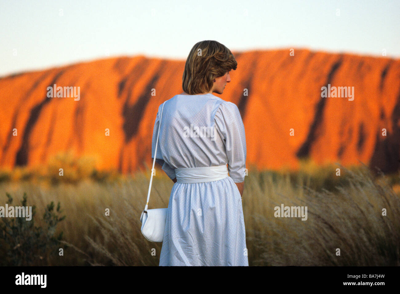 La princesse Diana à Uluru watches le coucher de soleil sur Ayers Rock mars1983 Photo Stock