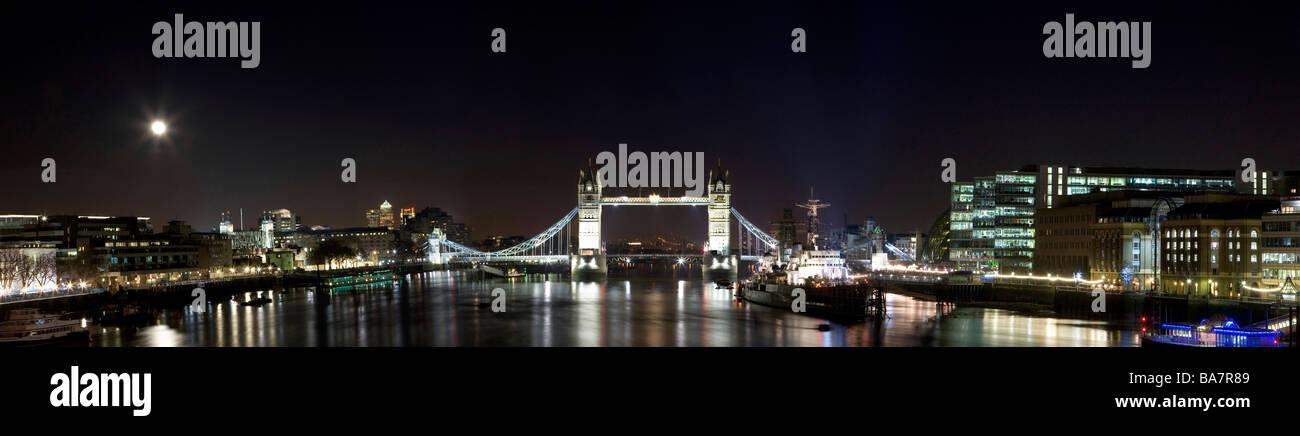 Image panoramique de Tower Bridge Londres la nuit Banque D'Images