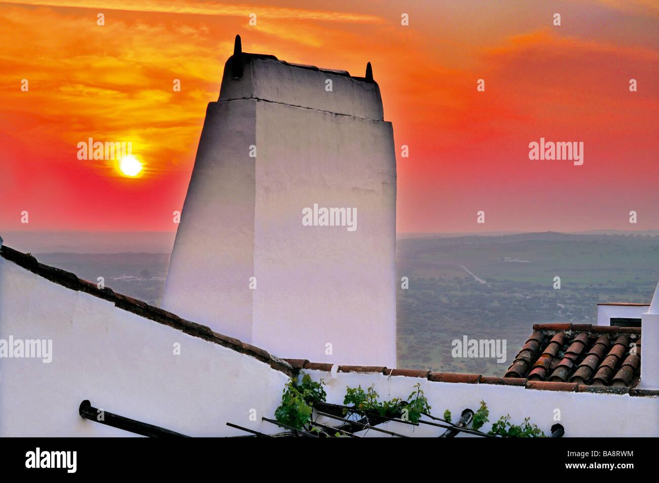 Le coucher du soleil et la cheminée typique au village historique de Monsaraz Photo Stock