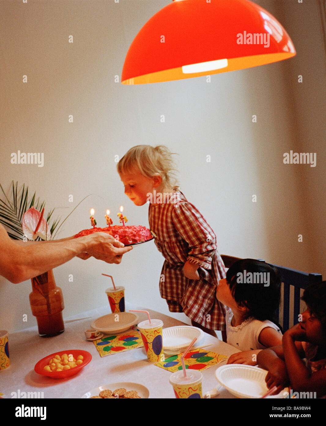 Une fille de trois ans ayant un anniversaire, en Suède. Photo Stock