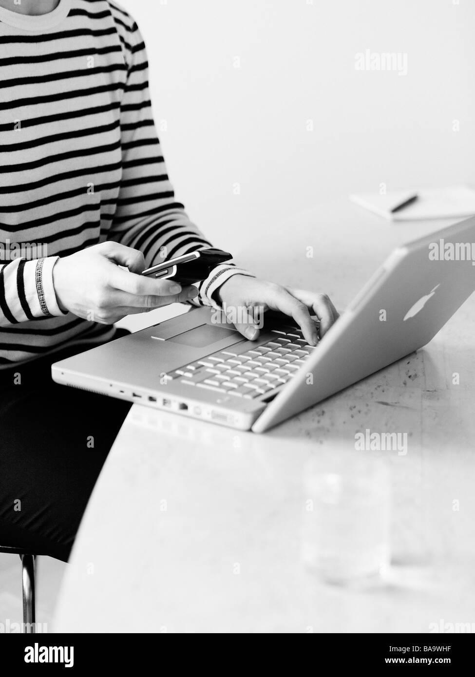 Une femme utilisant un ordinateur portable, la Suède. Banque D'Images