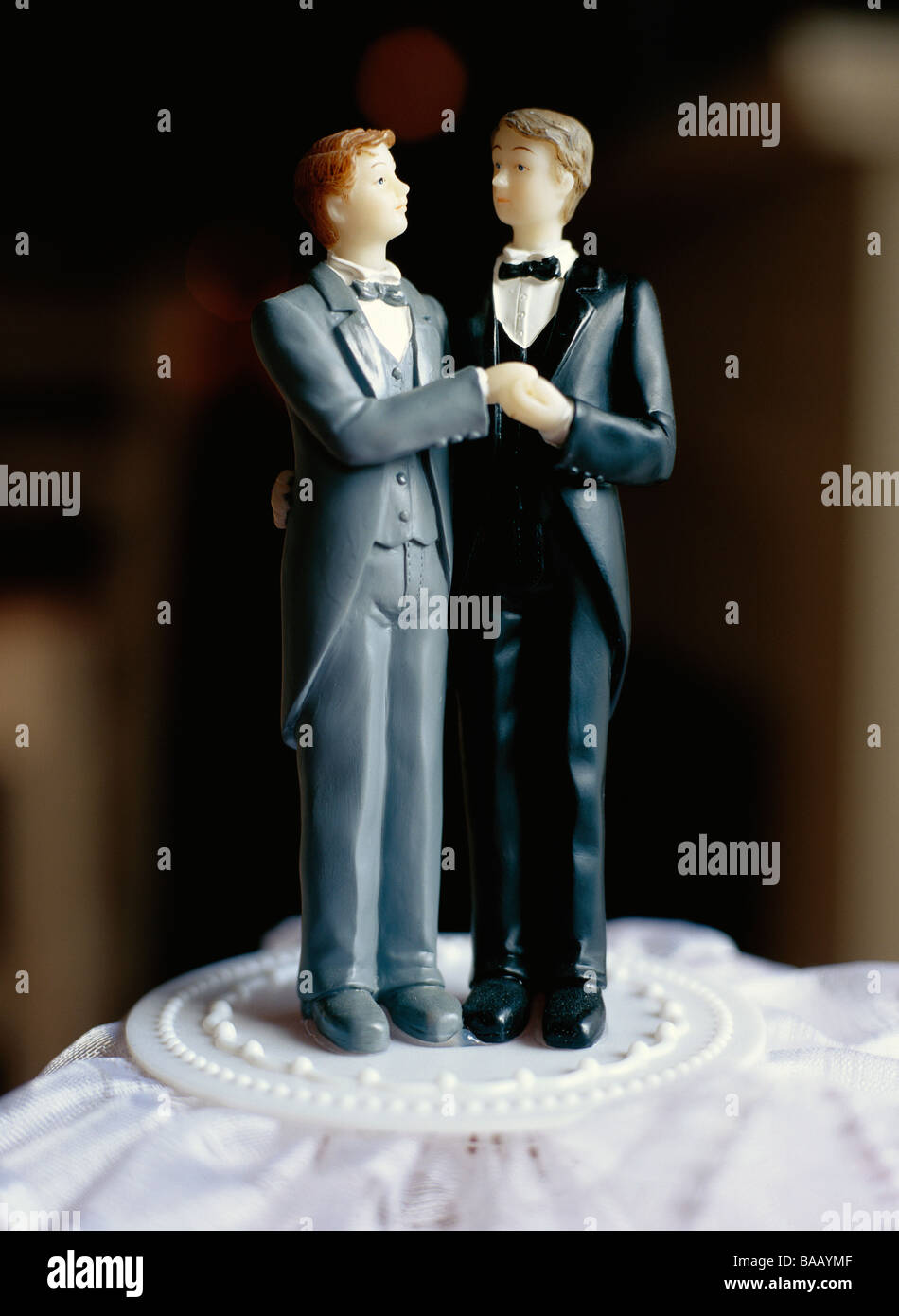 Un gay couples nuptiales sur un gâteau, la Suède. Photo Stock