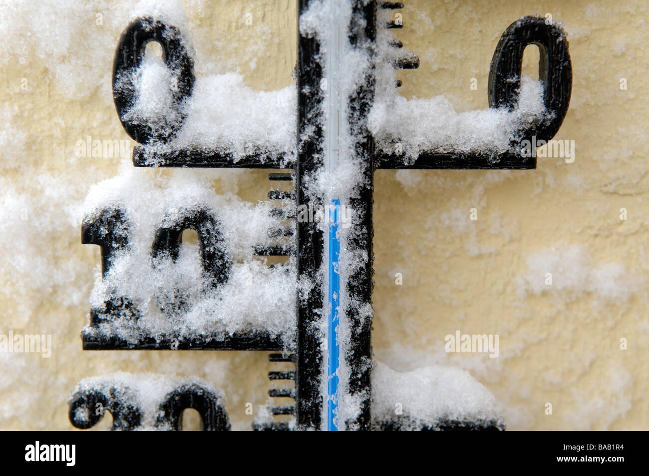 Un thermomètre recouvert de neige en Suède Photo Stock