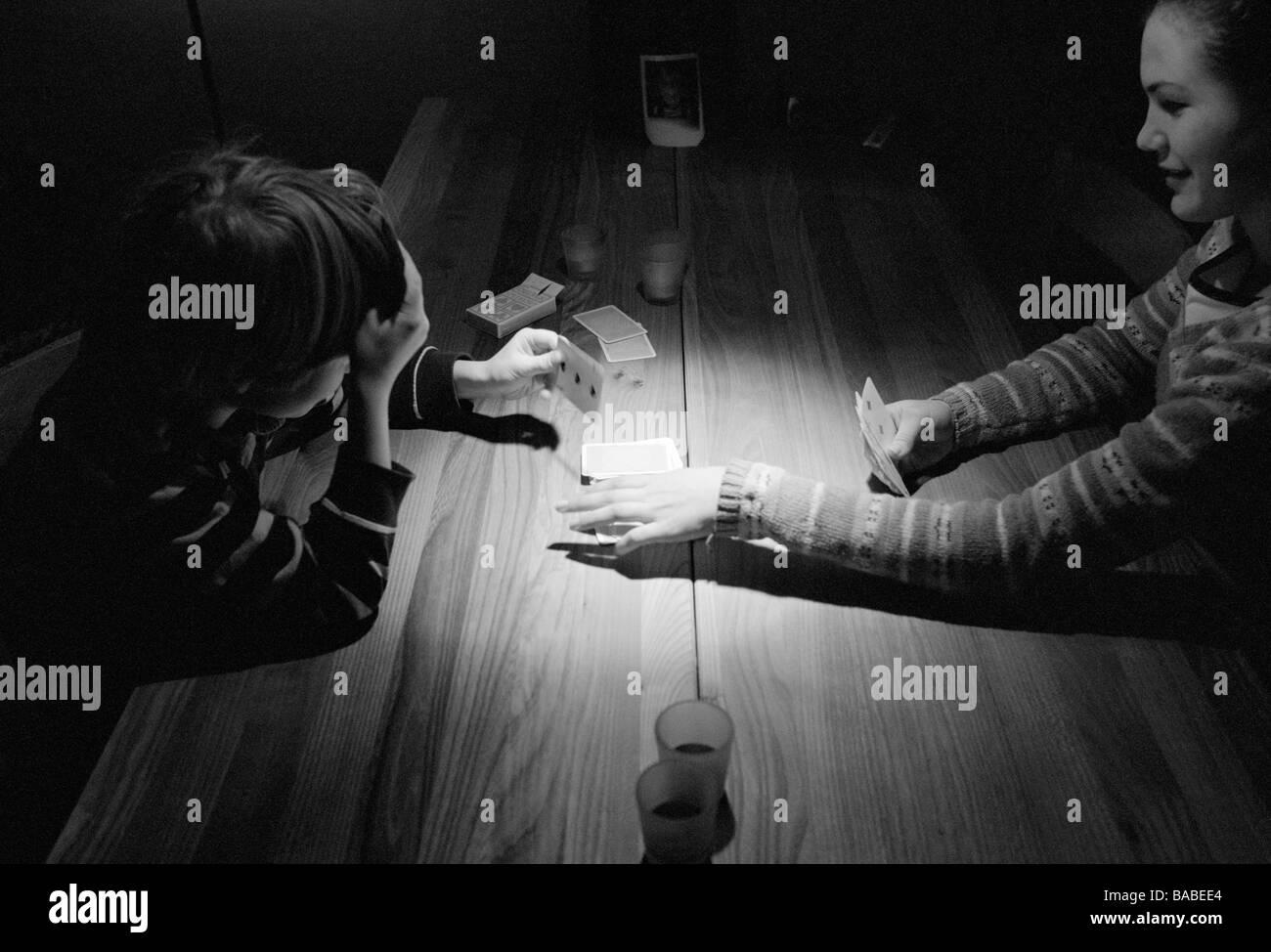 Une fille et un garçon carte à jouer en Suède Photo Stock