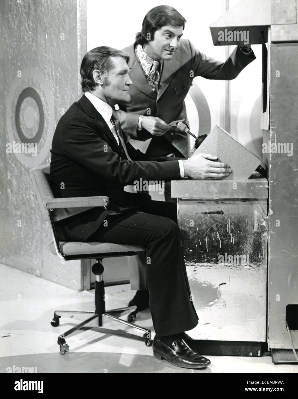 Le GOLDEN SHOT 1960 UK TV Game Show avec compere Bob Monkhouse comité permanent et l'acteur Patrick Allan Photo Stock