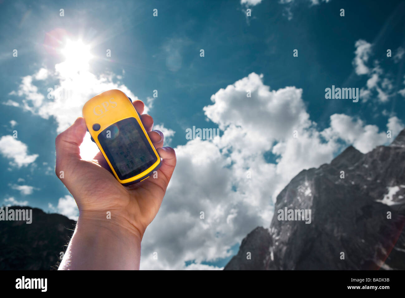 Hand Holding GPS, Lago di Braies, Tyrol du Sud, Italie Banque D'Images