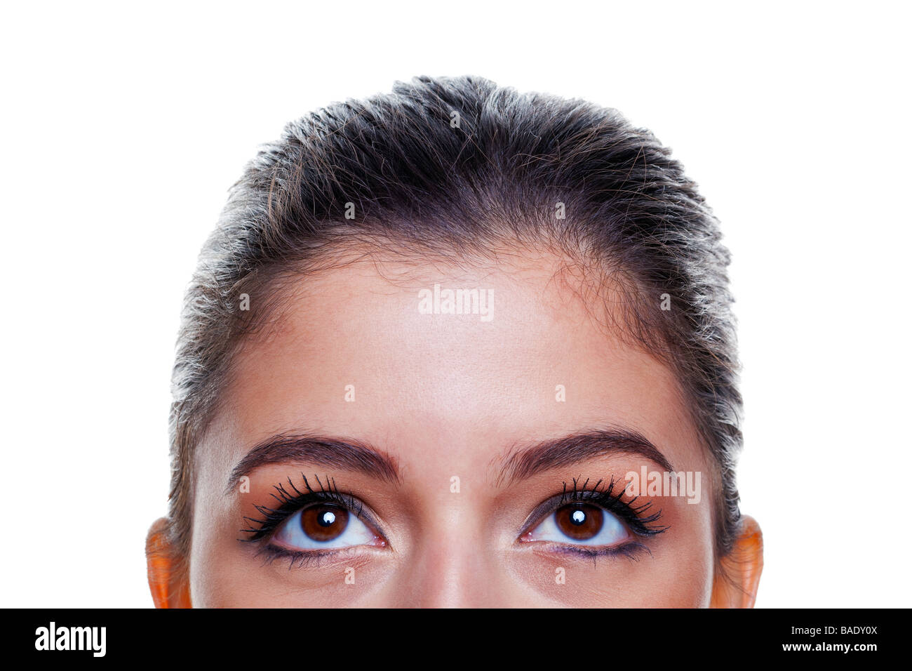 Belle femme brune avec de grands yeux bruns regardant vers le haut isolé sur fond blanc Photo Stock