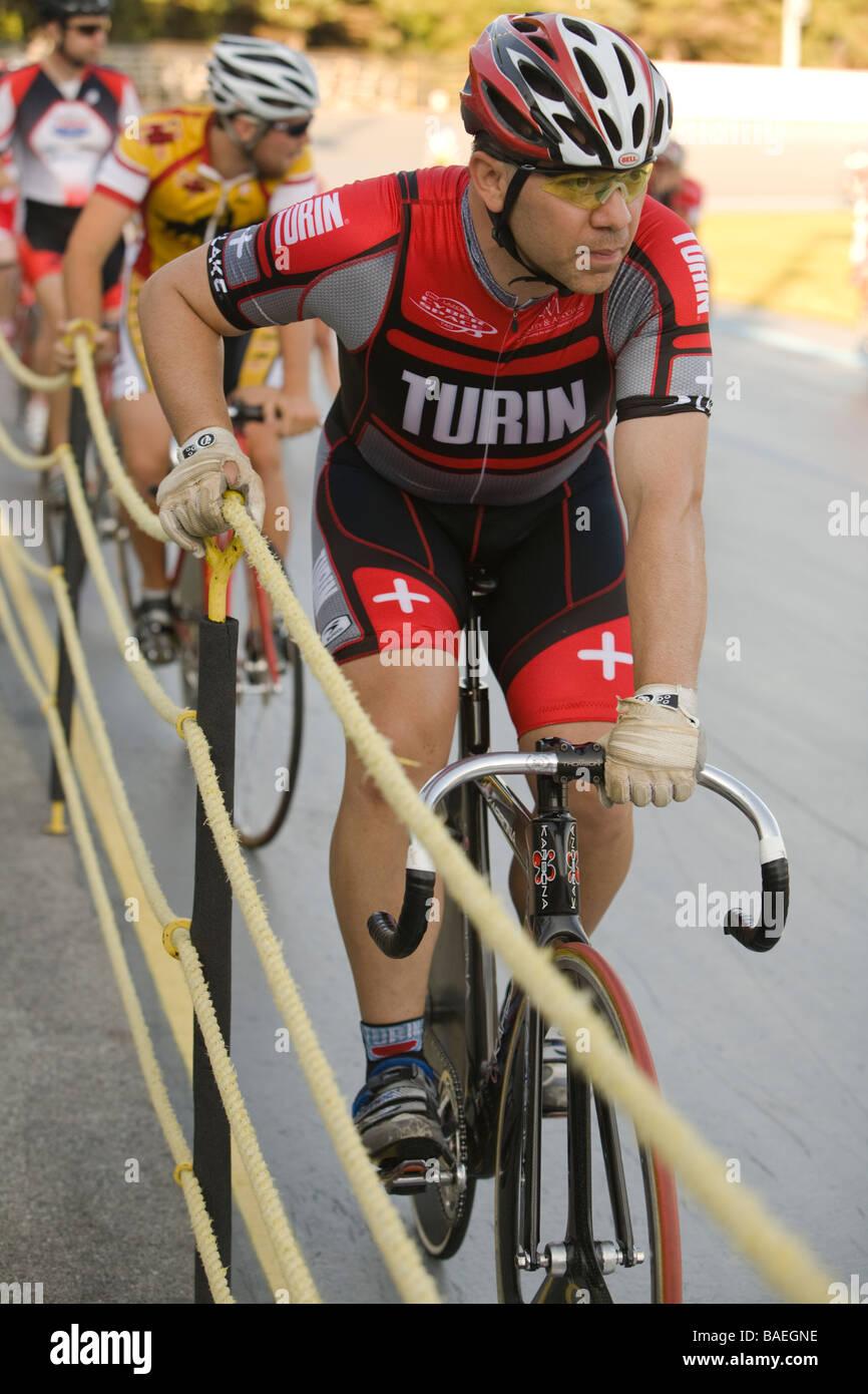 Mâle adulte Northbrook ILLINOIS cyclistes le long des clôtures attendre début de course cycliste à piste vélodrome Banque D'Images