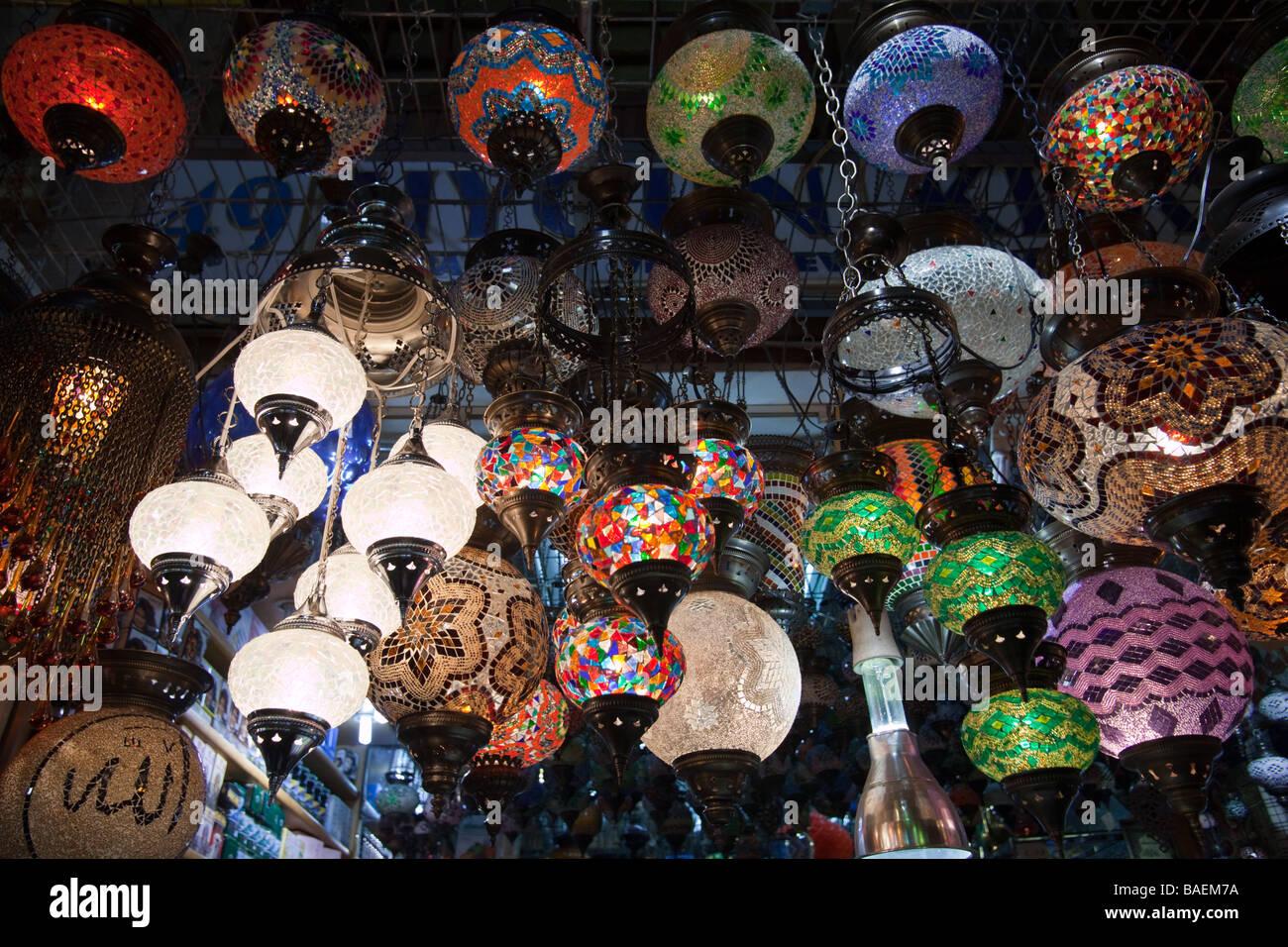 Les lampes colorées à la vente à un bazar à Istanbul Turquie Photo Stock