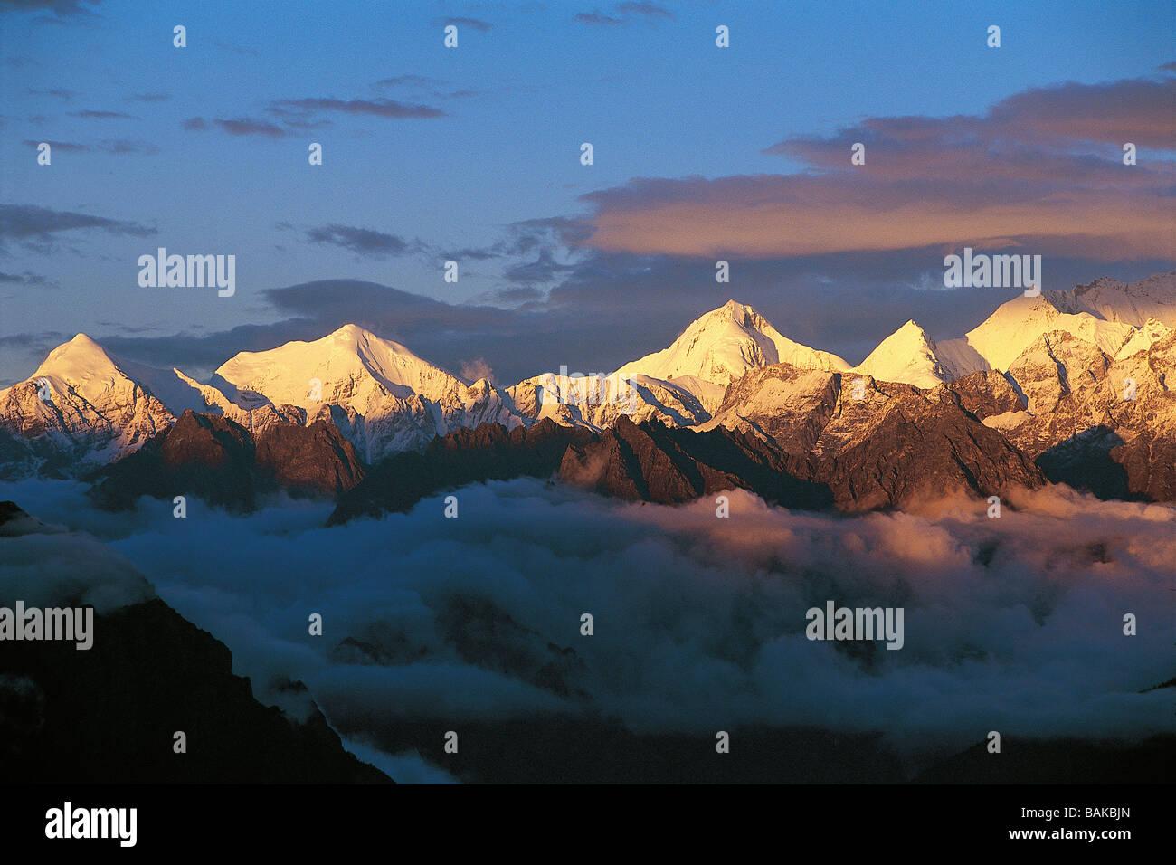 L'Inde, l'État Uttarakhand, Himalaya, le lever du soleil sur les montagnes Chaukhamba Photo Stock