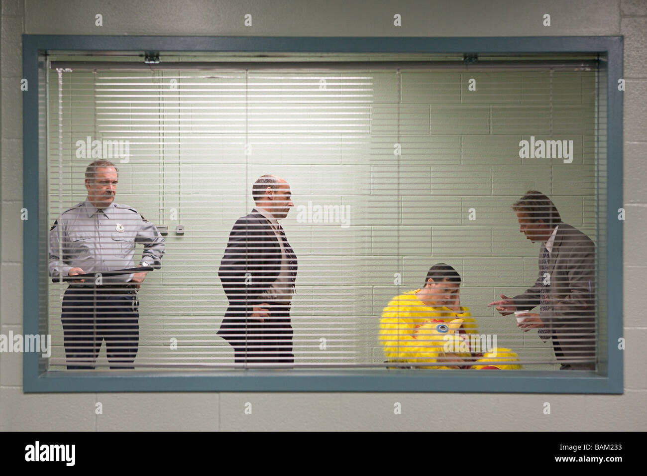 L'homme en costume dans l'interview de police de poulet Photo Stock