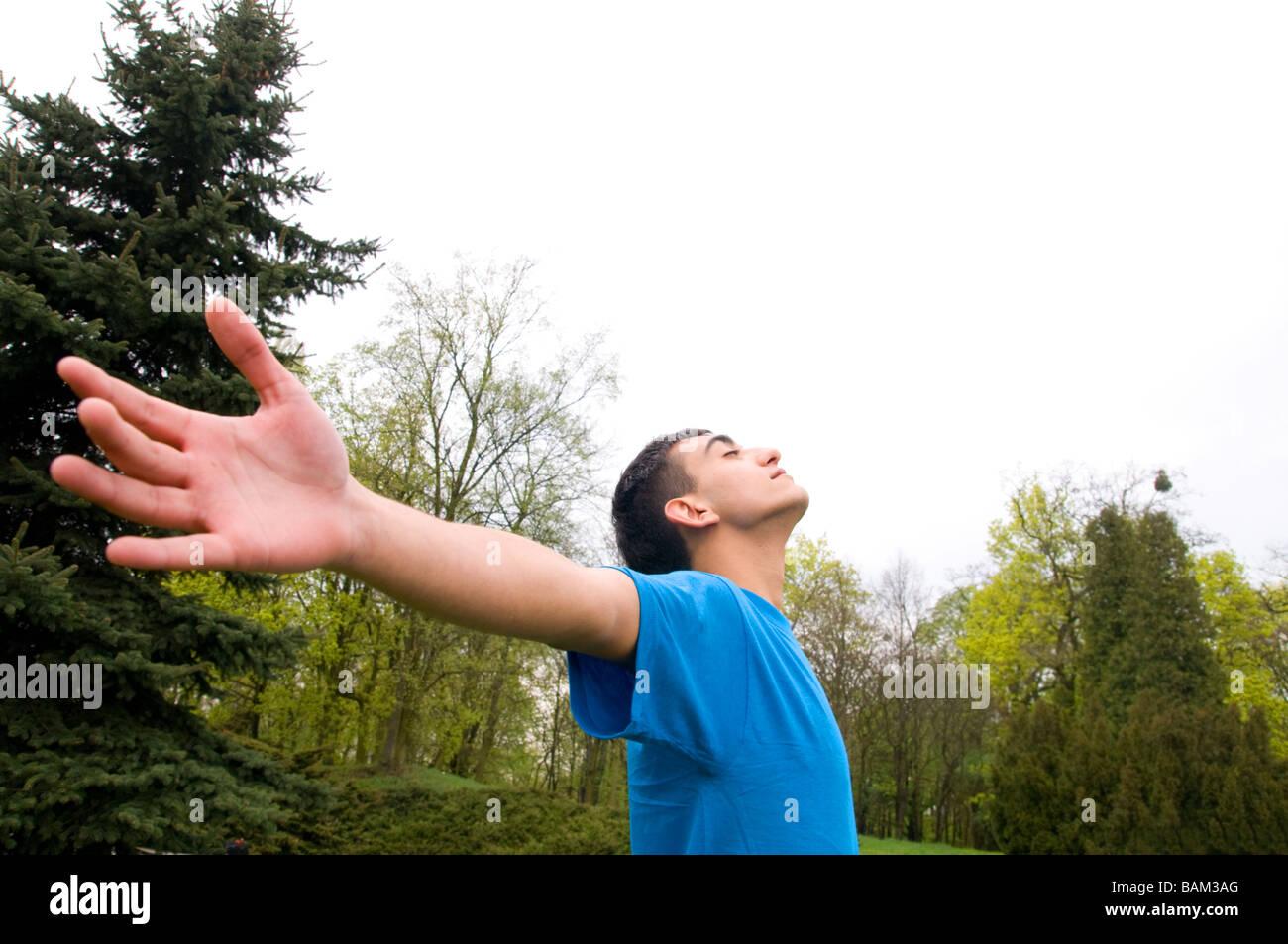 Jeune homme heureux en harmonie avec la nature Photo Stock