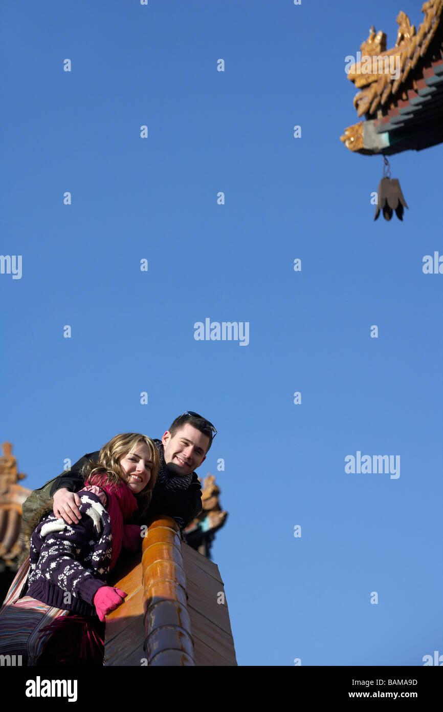 L'homme et de la femme avec les bras autour de l'autre Smiling Photo Stock