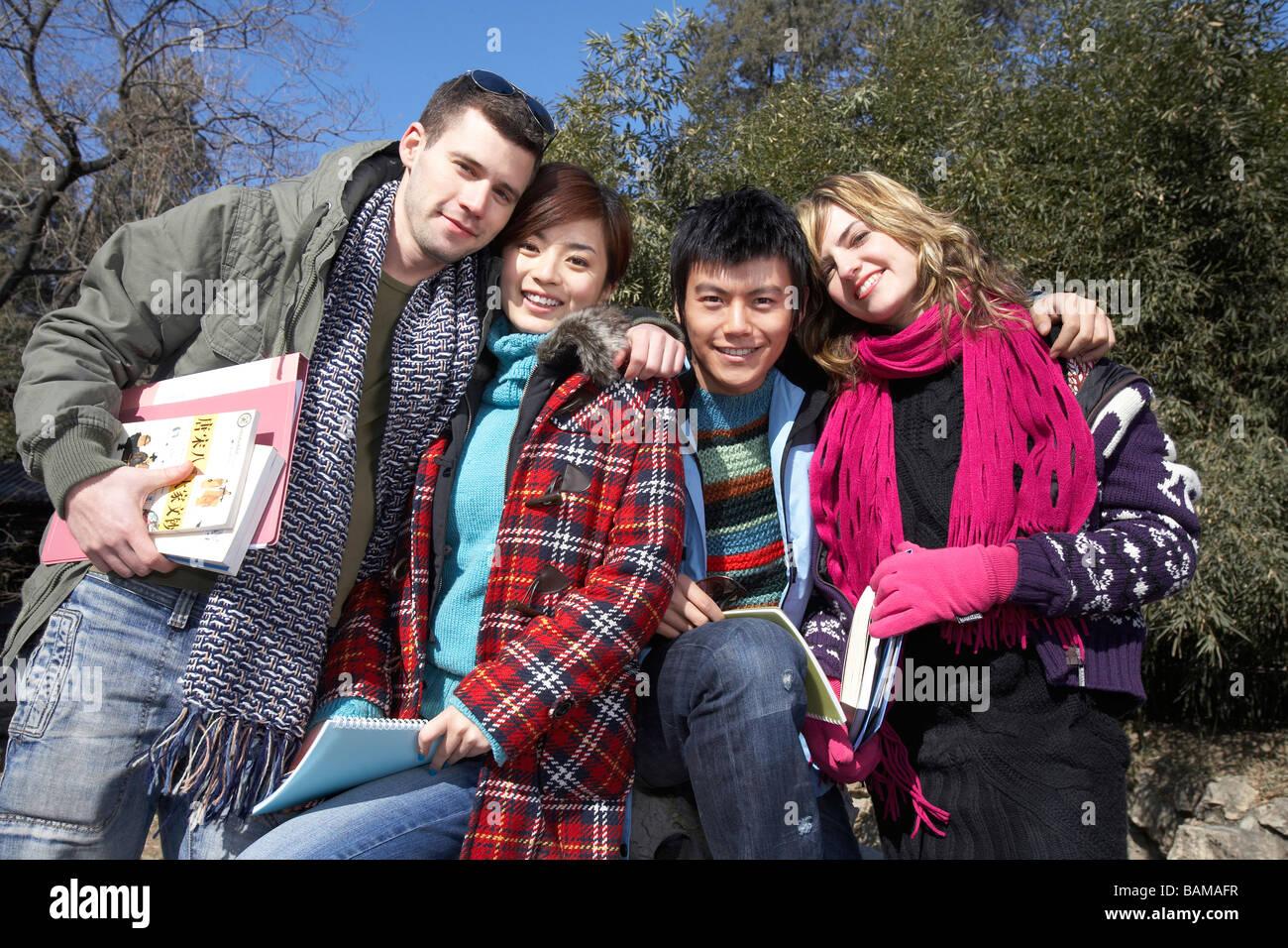 Les jeunes avec les bras autour de l'autre Photo Stock