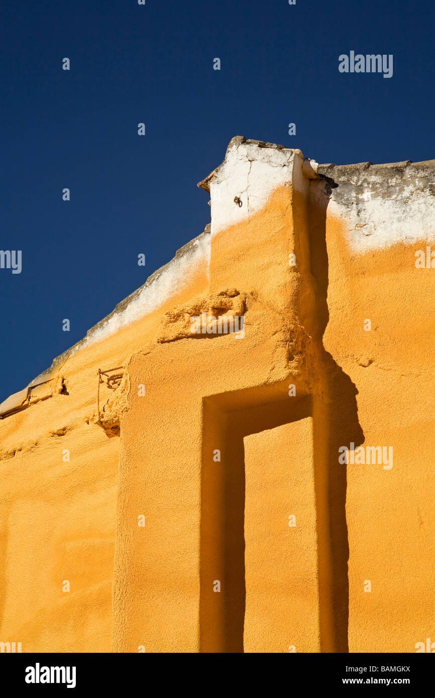 Aislante de Espuma de Poliuretano en la Fachada de una casa Antigua Polyuréthane sur la façade d'une Photo Stock