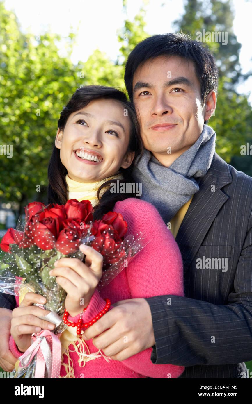 Jeune homme hugging Girlfriend Photo Stock