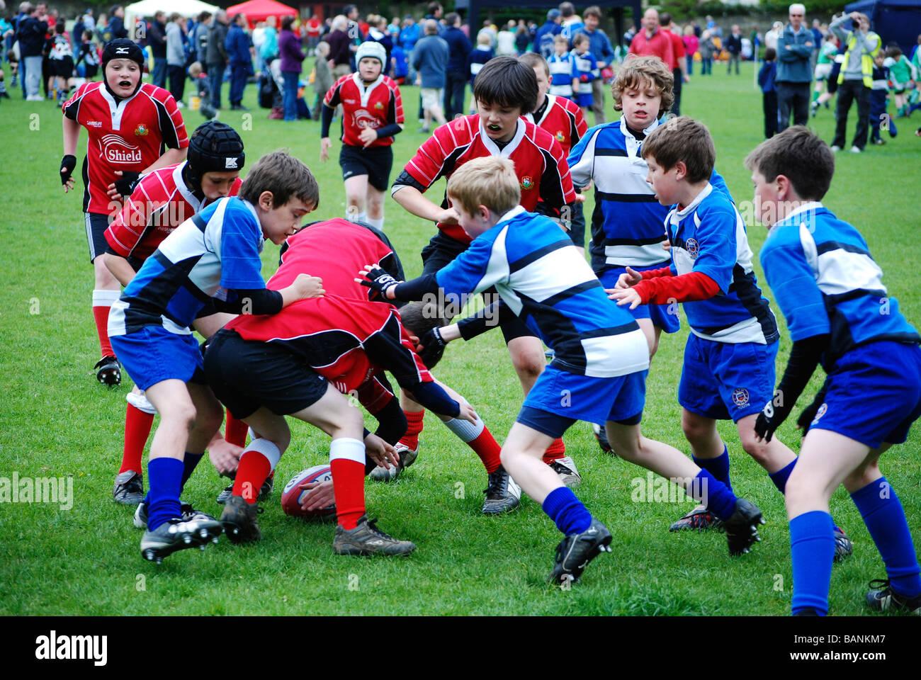 Les jeunes garçons à jouer au rugby Photo Stock