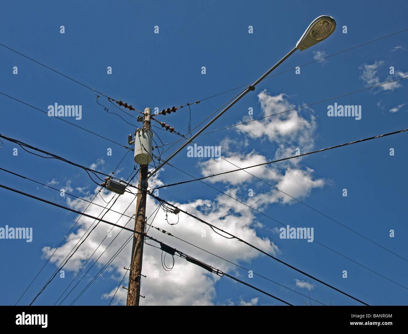 Utilitaire d'alimentation et les fils avec réverbère, nuages, ciel bleu, générateur, électriques, Photo Stock