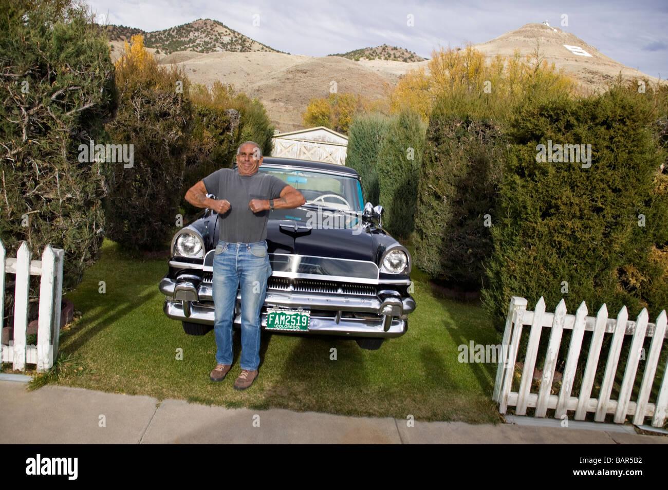 Portrait d'un homme âgé avec ses meubles anciens 1955 automobile de mercure à son domicile dans Photo Stock