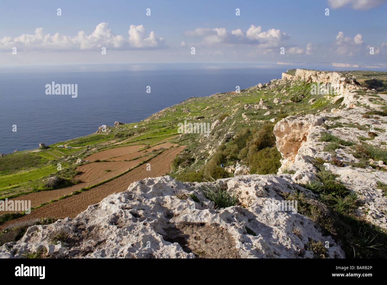 Crête calcaire sur la côte nord-ouest de Malte, une île de la Méditerranée en Europe Photo Stock