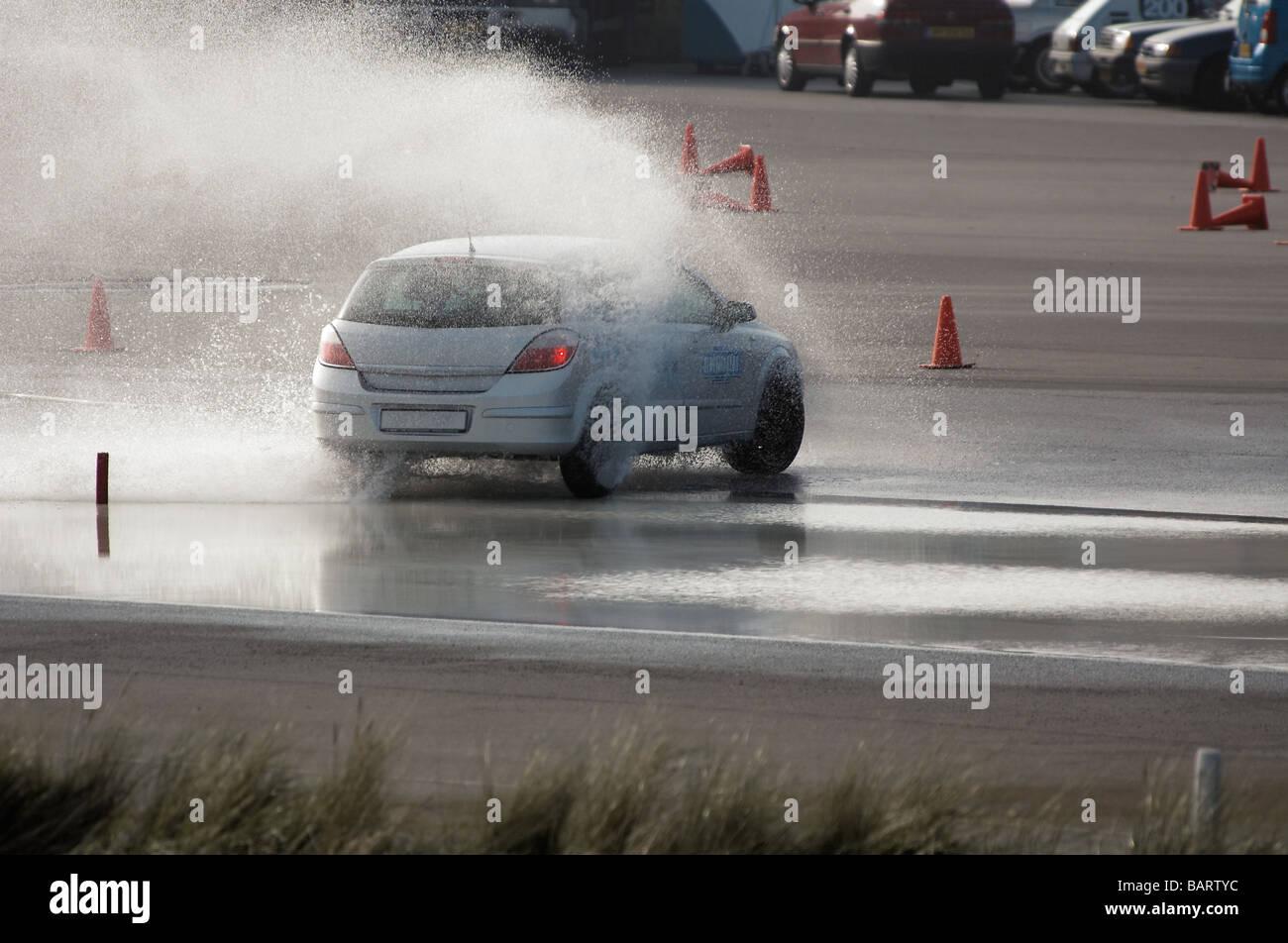 Formation de frein de voiture dans des conditions humides Photo Stock