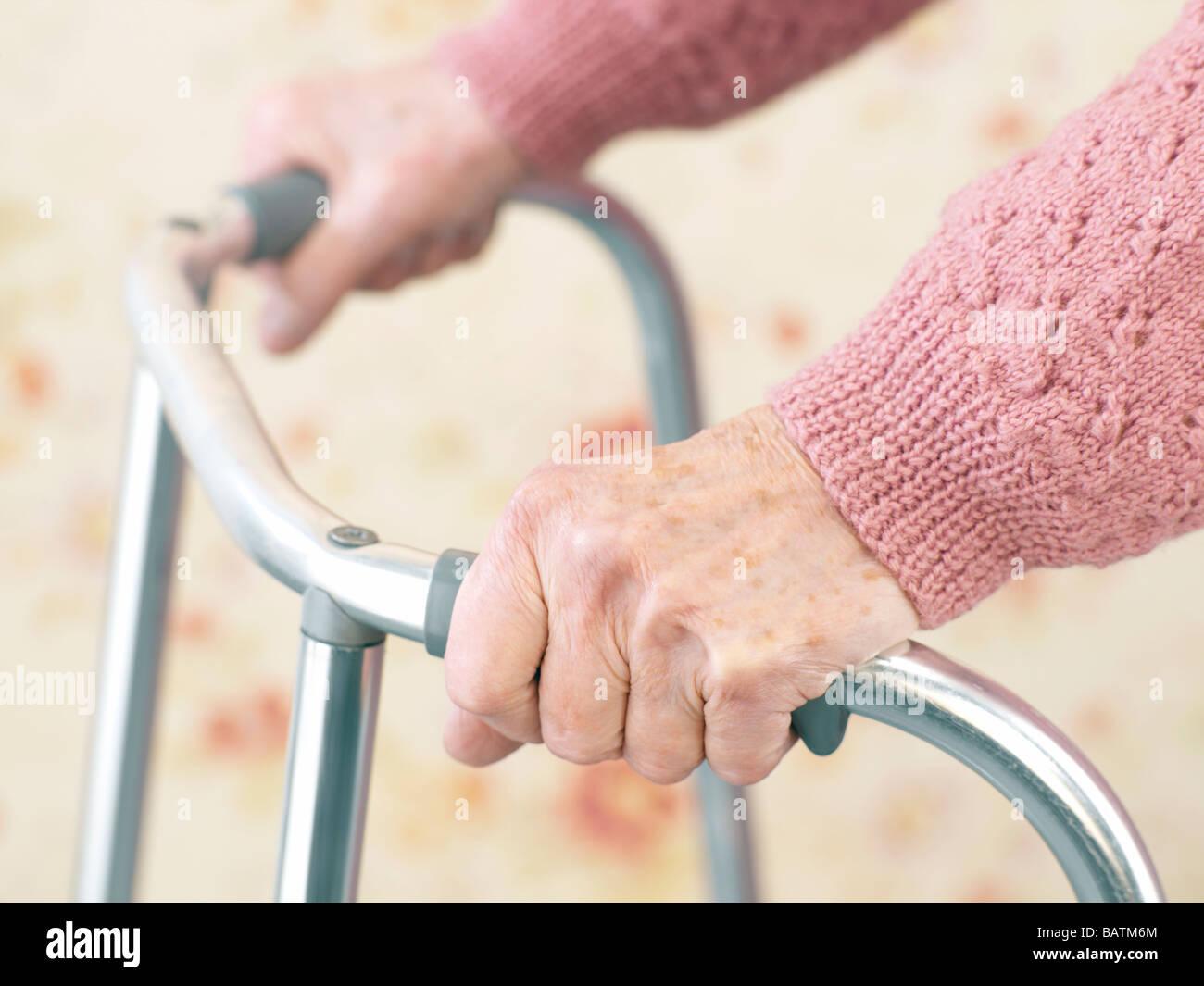 Senior woman à l'aide d'un déambulateur. Photo Stock