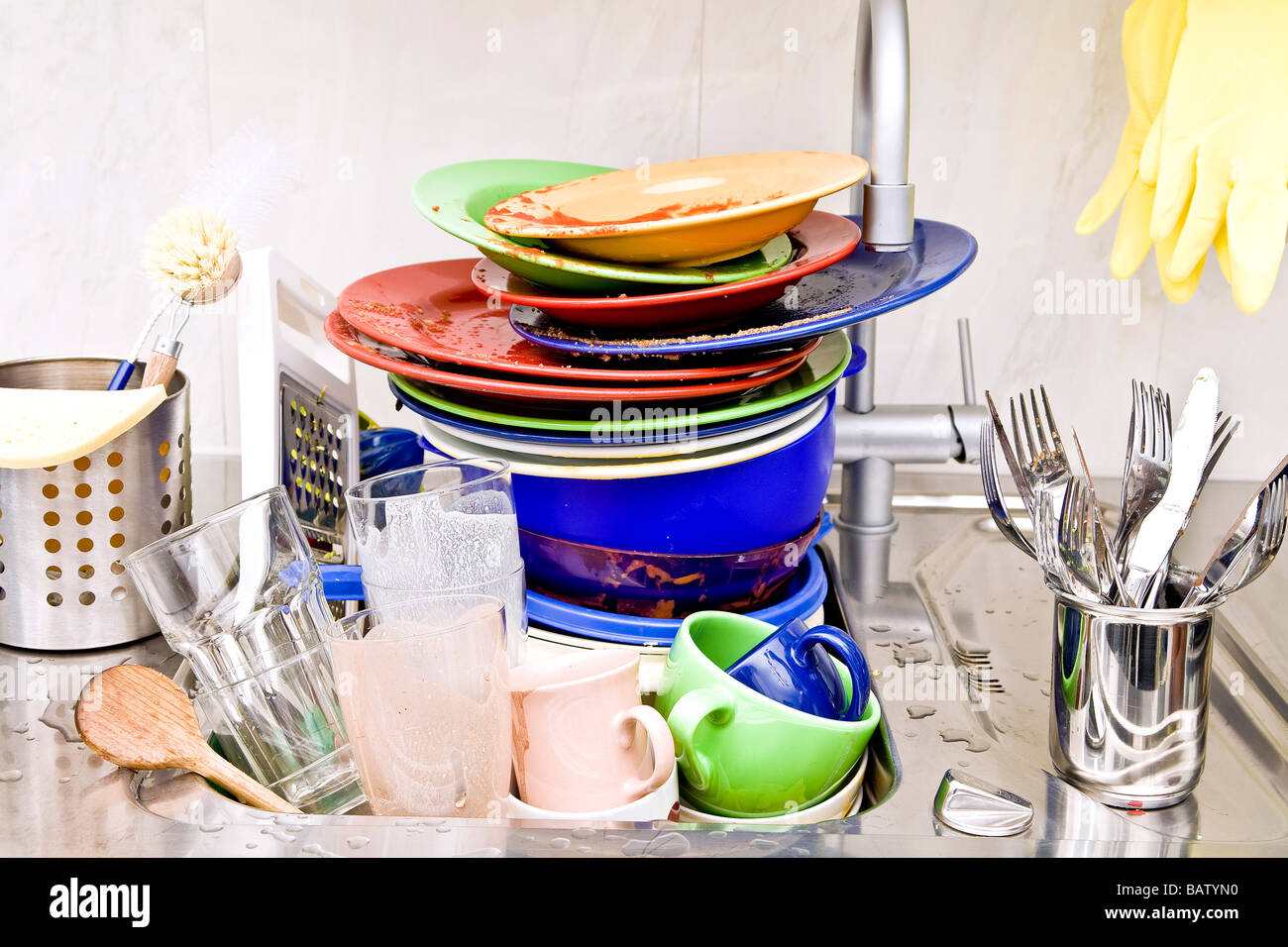 La vaisselle dans un évier de cuisine Photo Stock