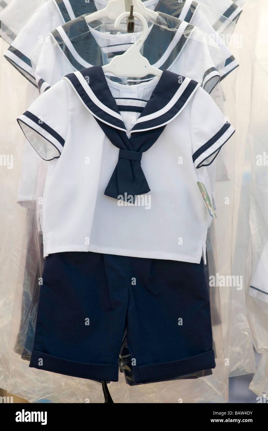 Costume de Marin pour enfants en vente sur un marché espagnol à Murcia Espagne Photo Stock