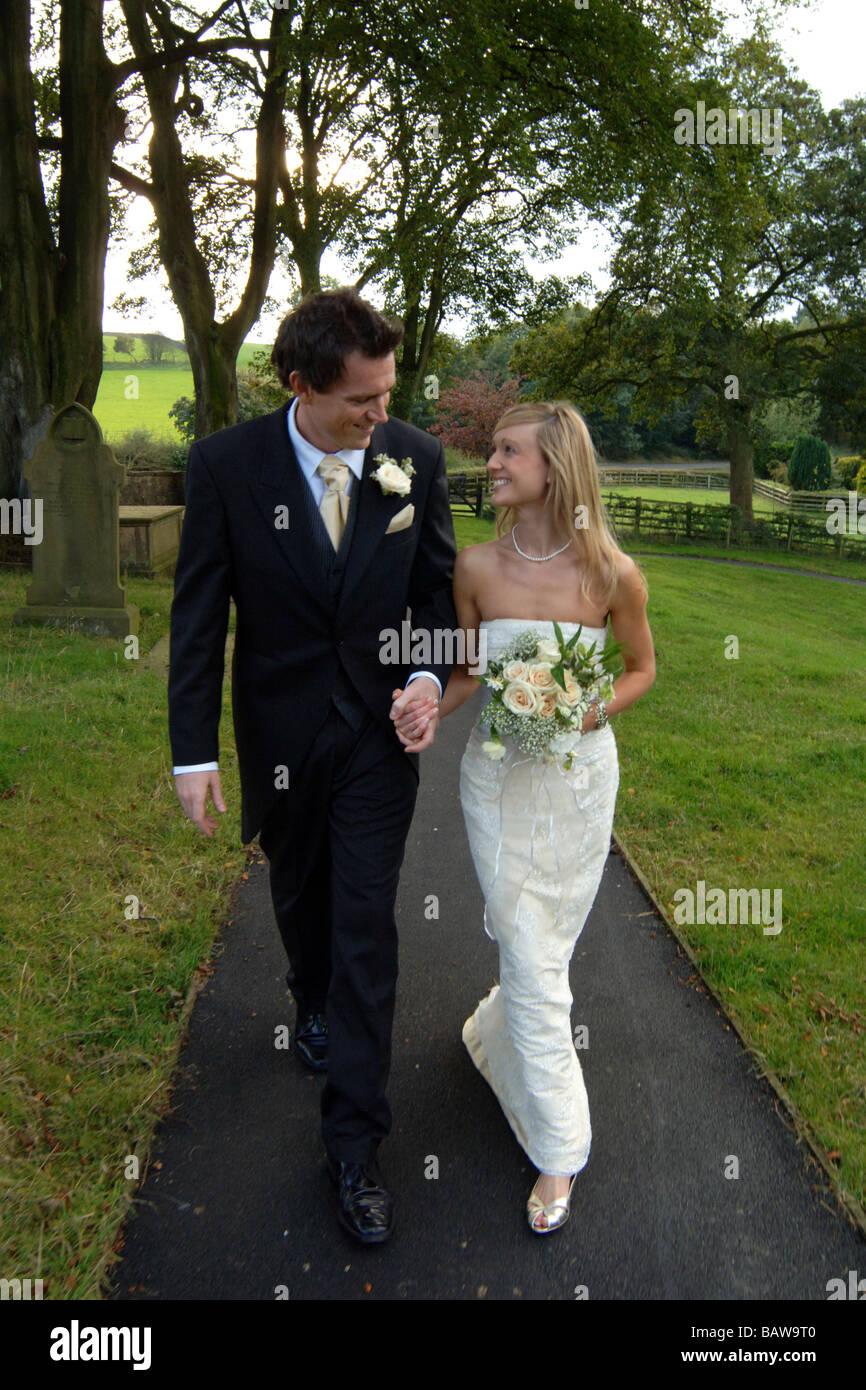 Jeune couple de jeunes mariés mariés à l'église, Yorkshire du Nord. UK Photo Stock