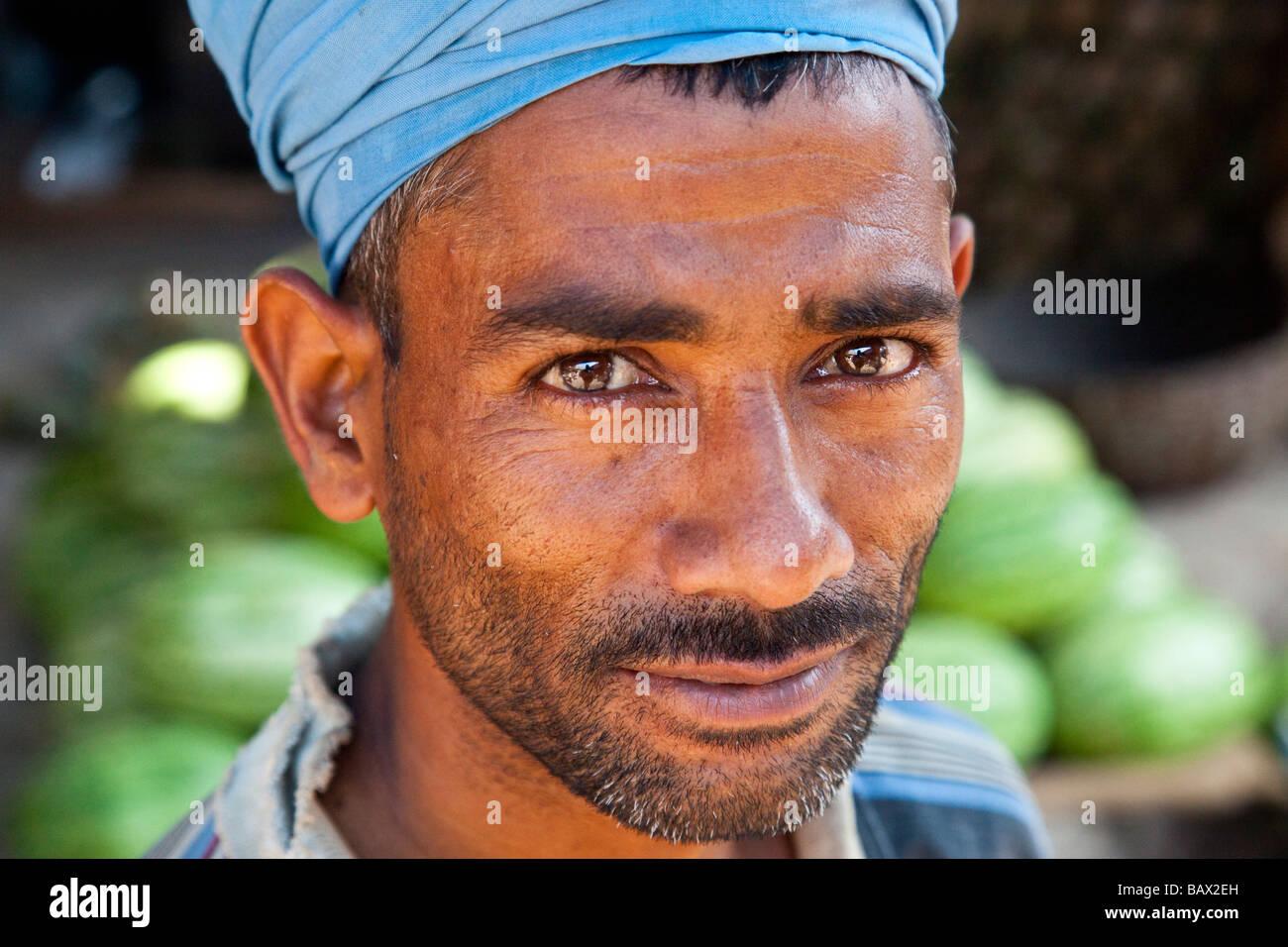 Porter dans la Crawford Marché de Fruits et légumes à Mumbai Inde Photo Stock