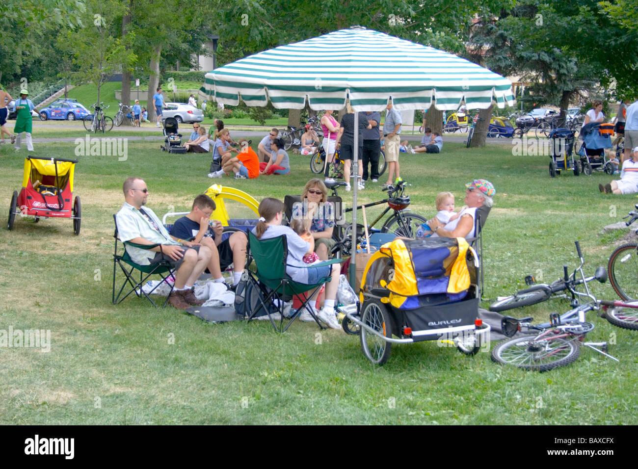 Bénéficiant d''un pique-nique familial moderne sous égide voyager en vélo. Aquatennial Photo Stock